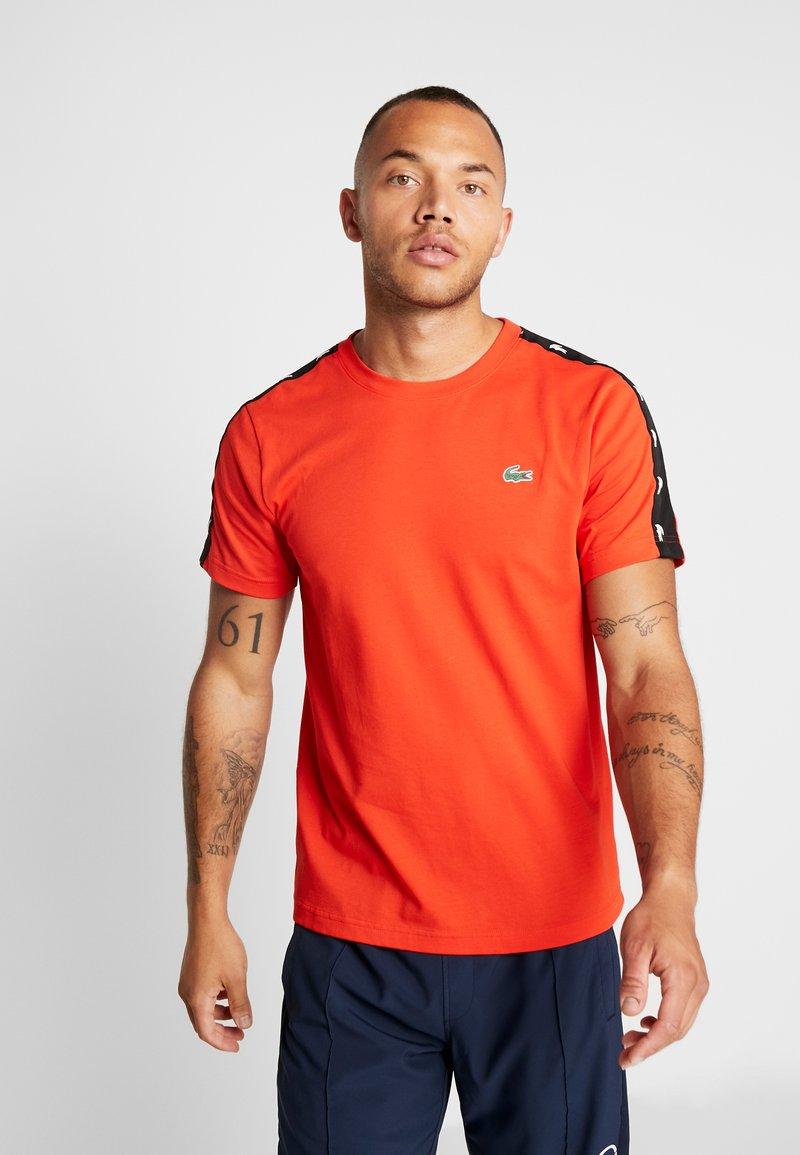 Lacoste Sport - TAPERED - T-shirt print - corrida/black