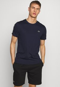 Lacoste Sport - TAPERED - T-shirts med print - navy blue/black - 0