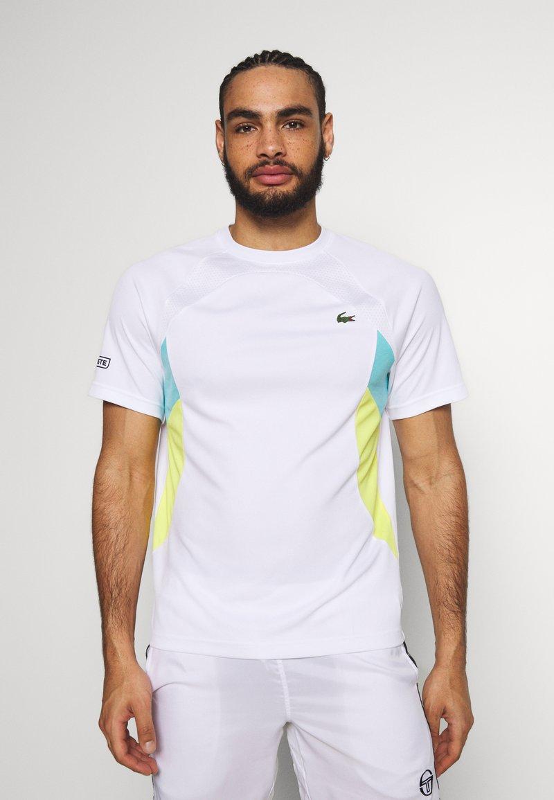 Lacoste Sport - TENNIS  - T-shirt med print - white/haiti blue/lemon/navy blue