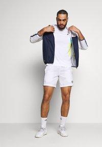 Lacoste Sport - TENNIS  - T-shirt med print - white/haiti blue/lemon/navy blue - 1