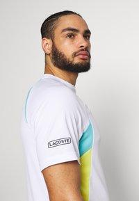 Lacoste Sport - TENNIS  - T-shirt med print - white/haiti blue/lemon/navy blue - 3