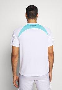 Lacoste Sport - TENNIS  - T-shirt med print - white/haiti blue/lemon/navy blue - 2