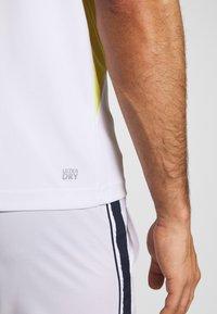 Lacoste Sport - TENNIS  - T-shirt med print - white/haiti blue/lemon/navy blue - 5