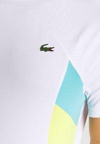 Lacoste Sport - TENNIS  - T-shirt med print - white/haiti blue/lemon/navy blue - 7