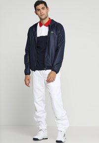 Lacoste Sport - Träningsbyxor - white/navy blue - 1