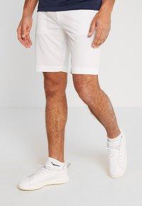 Lacoste Sport - GOLF BERMUDA SHORT - Träningsshorts - white - 0