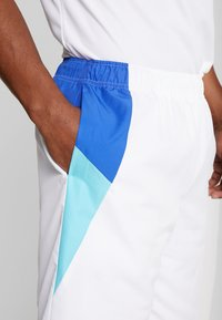 Lacoste Sport - TENNIS - Sports shorts - white/obscurity haiti/blue lemon - 5