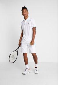 Lacoste Sport - TENNIS - Sports shorts - white/obscurity haiti/blue lemon - 1