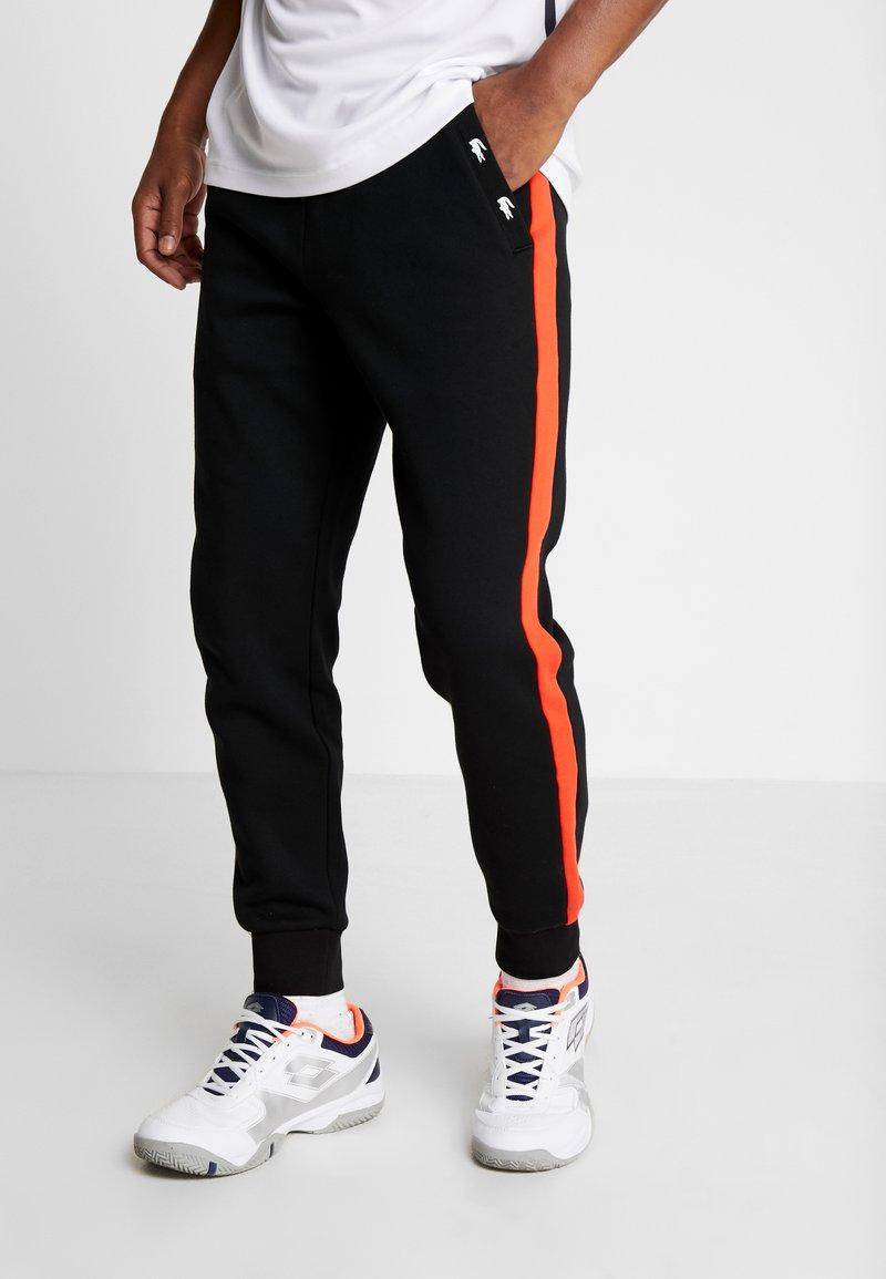 Lacoste Sport - PANT TAPERED - Pantalon de survêtement - black/corrida