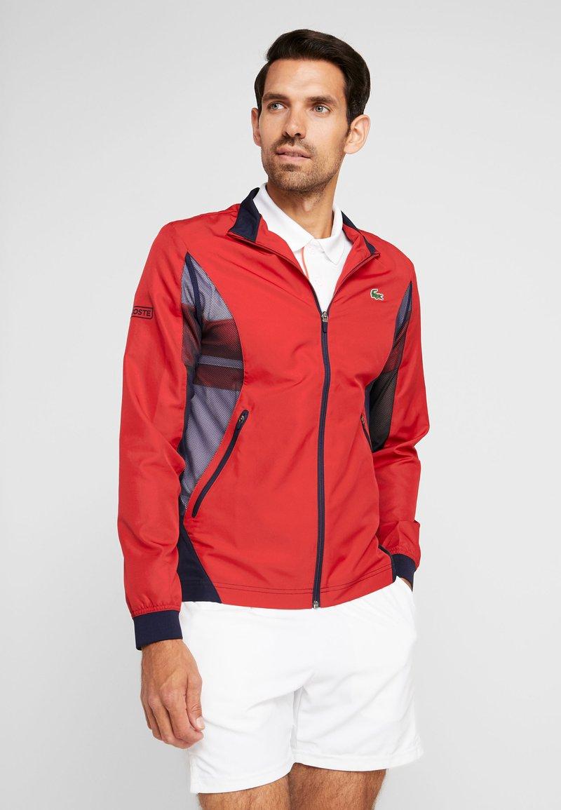 Lacoste Sport - TENNIS JACKET DJOKOVIC - Träningsjacka - tokyo red/navy blue