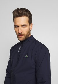 Lacoste Sport - HIGH PERFORMANCE JACKET - Impermeable - navy blue/white - 4