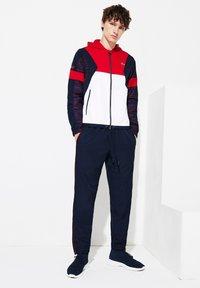 Lacoste Sport - Tracksuit - rouge / blanc / bleu marine / rouge - 0