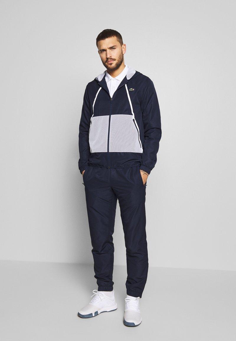 Lacoste Sport - TRACKSUIT HOODED - Survêtement - navy blue/white
