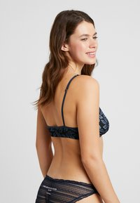 LOVE Stories - NIGHTRIDER - Triangel BH - black - 2