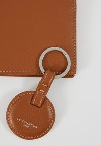 Le Tanneur - KEY RING AND WALLET ZIPPED POCKET SET - Keyring - tan/mineral - 2