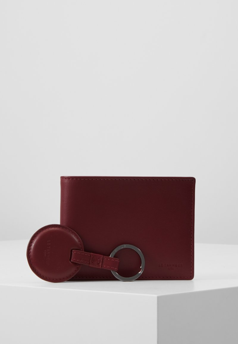 Le Tanneur - BOX WITH KEY RING AND WALLET ZIPPED POCKET - Charm - bordeaux