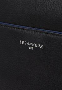 Le Tanneur - AUGUSTIN - Taška spříčným popruhem - noir/le bleu - 5