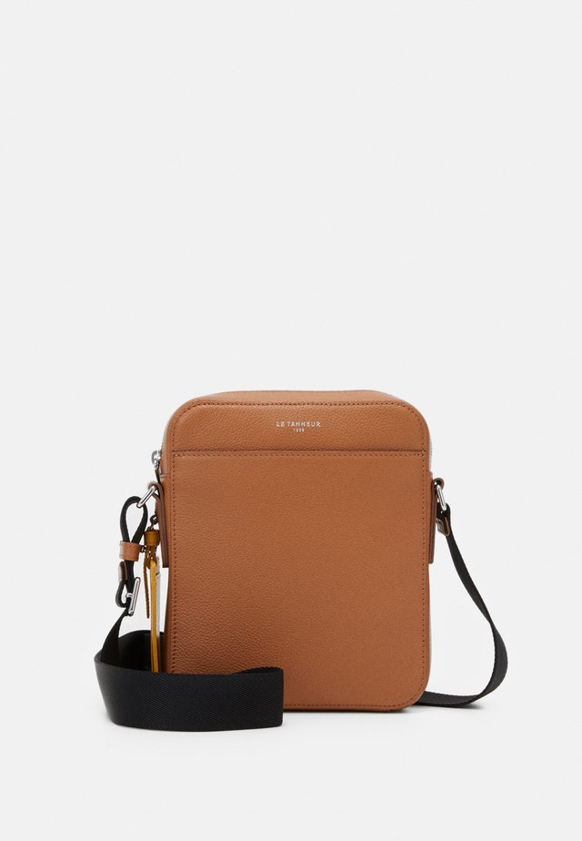 EMILE SMALL CROSS BODY BAG - Axelremsväska - tan/arnica
