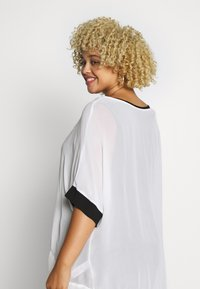 Live Unlimited London - MONO BLOUSE WITH CUFF - Blouse - white - 2