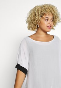 Live Unlimited London - MONO BLOUSE WITH CUFF - Blouse - white - 3
