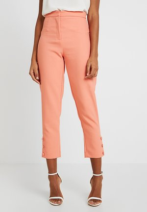 COVERED BUTTON DETAIL TAPERED TROUSER - Broek - papaya