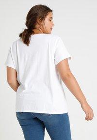 Levi's® Plus - PERFECT TEE  - T-shirts print - plus batwing white - 2