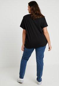 Levi's® Plus - PERFECT CREW - T-shirts med print - mineral black - 2