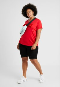 Levi's® Plus - PERFECT TEE - T-shirt imprimé - brilliant red - 1