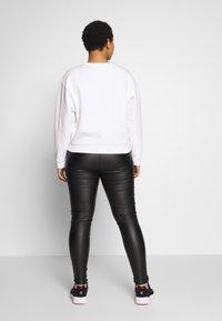 Levi's® Plus - GRAPHIC MADISON CREW - Mikina - serif white - 2