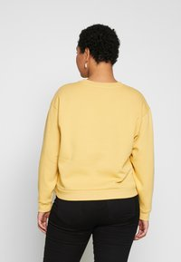 Levi's® Plus - GRAPHIC MADISON CREW - Sweatshirt - ochre - 2
