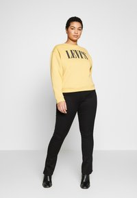 Levi's® Plus - GRAPHIC MADISON CREW - Sweatshirt - ochre - 1