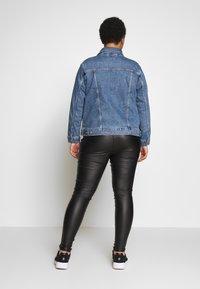 Levi's® Plus - BOYFRIEND TRUCKER - Jeansjakke - light-blue denim - 2