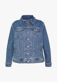 Levi's® Plus - BOYFRIEND TRUCKER - Jeansjakke - light-blue denim - 4