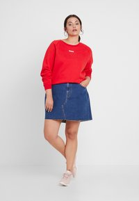 Levi's® Plus - RELAXED GRAPHIC CREW - Sweatshirt - brilliant red - 1