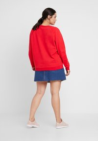 Levi's® Plus - RELAXED GRAPHIC CREW - Sweatshirt - brilliant red - 2