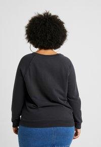 Levi's® Plus - RELAXED GRAPHIC CREW - Sweatshirt - pl corporate logo floral crew meteorite - 2