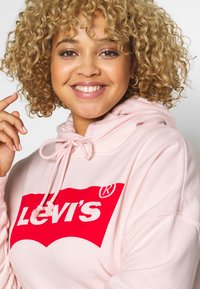 Levi's® Plus - GRAPHIC HOODIE - Bluza z kapturem - peach blush - 3
