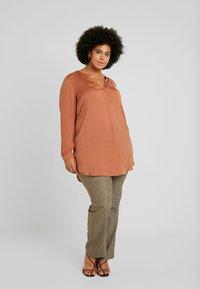 Lauren Ralph Lauren Woman - QUARTILLA-STRAIGHT-PANT - Broek - brown/tan multi - 1