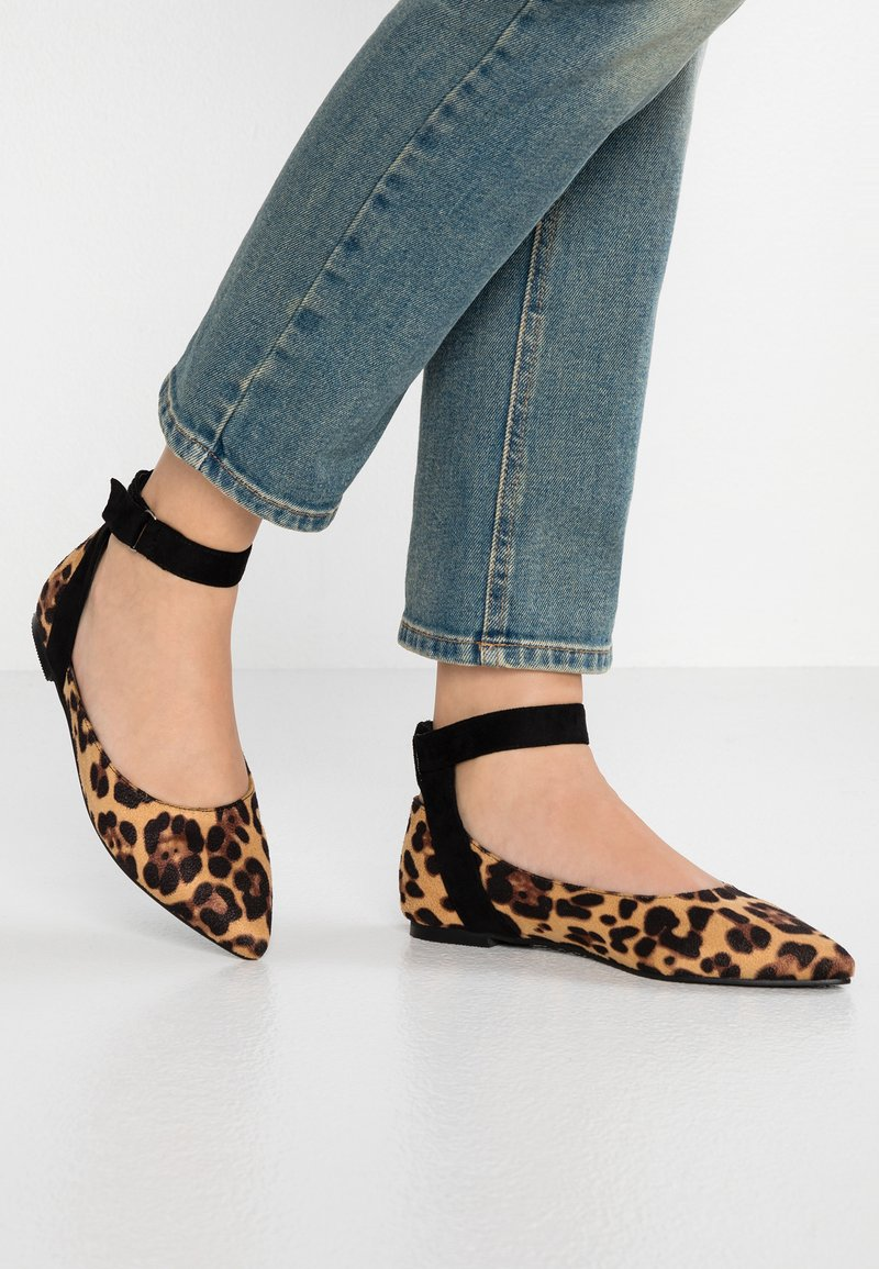 Lost Ink - LOLA ASYM ANKLE STRAP  - Ankle strap ballet pumps - brown