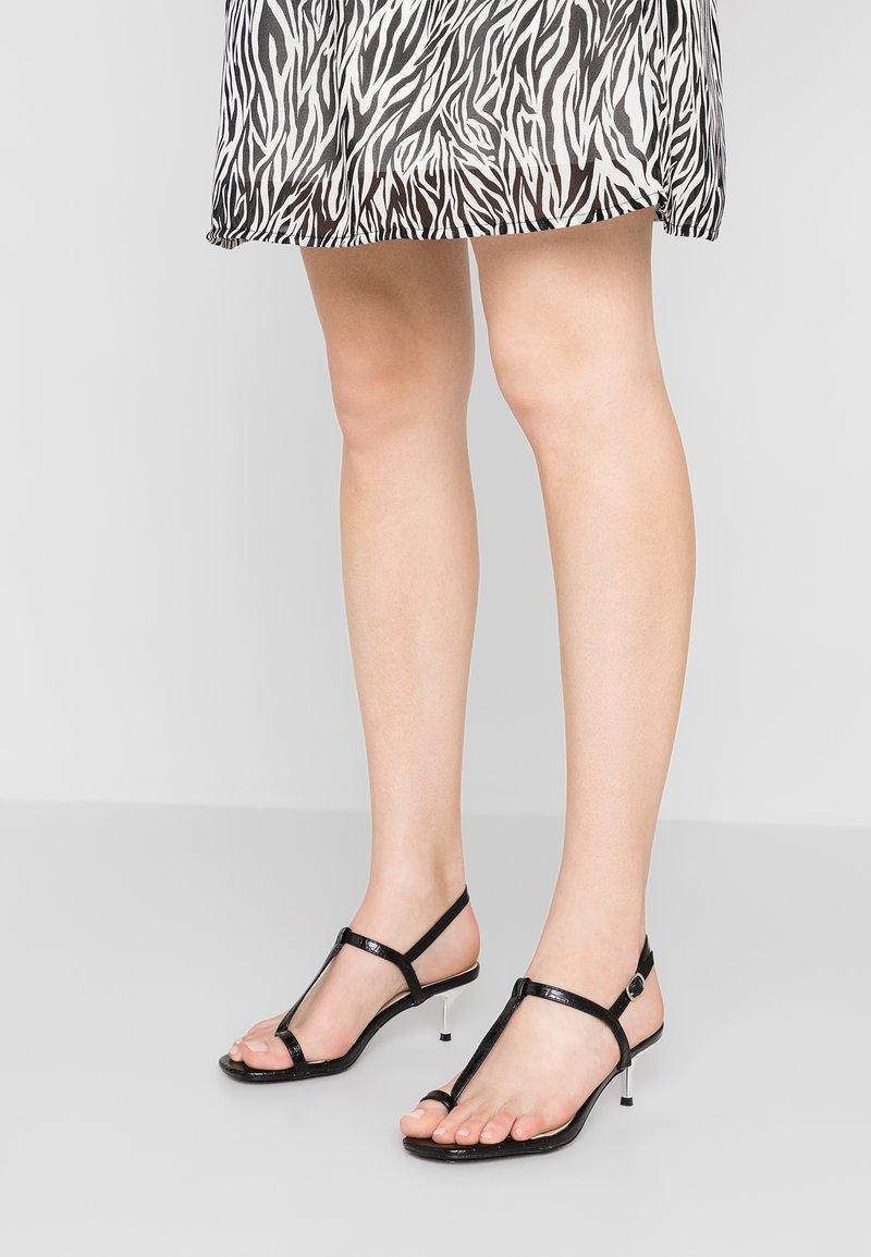 Lost Ink - ROSIE TOELOOP KITTEN HEELED - T-bar sandals - black