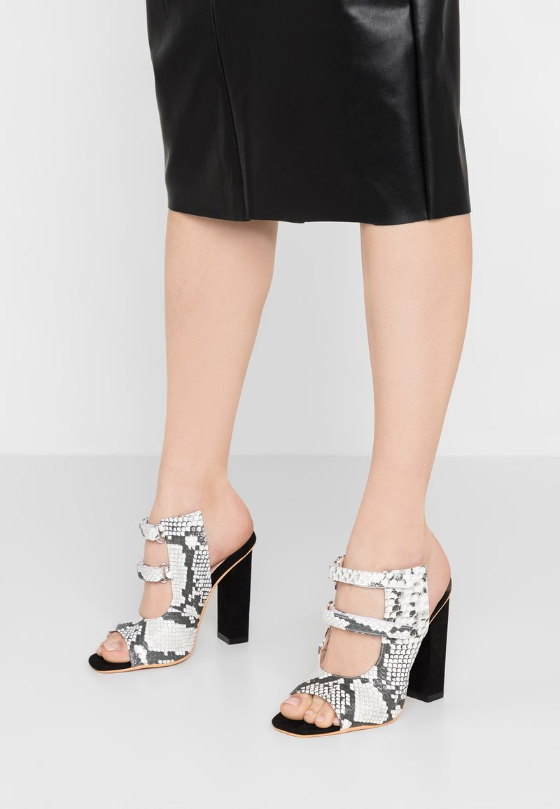 Lost Ink - ROSLIN STRAPPY DETAIL MULE HEELED SHOE - Klapki - grey