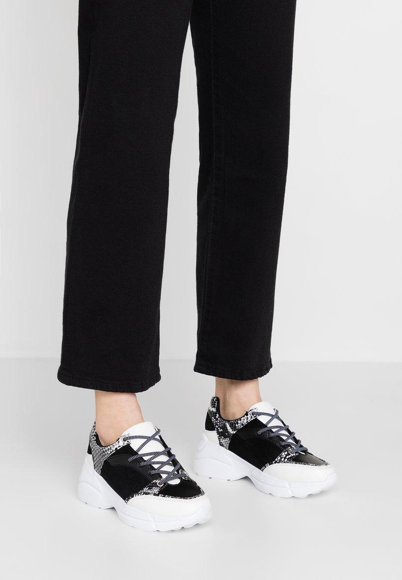 Lost Ink - PANELLED MONO SNAKE TRAINER - Sneaker low - black