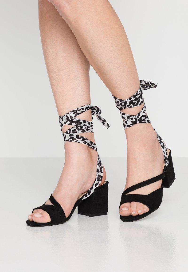 Lost Ink - MILA WRAP AROUND MID BLOCK HEELED - Sandals - black