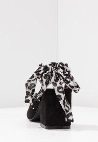 Lost Ink - MILA WRAP AROUND MID BLOCK HEELED - Sandals - black - 5