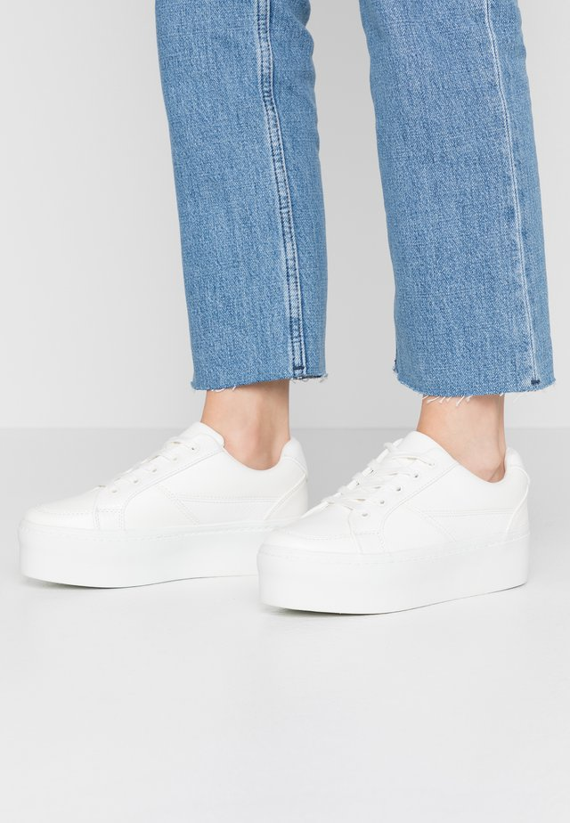 FLATFORM LACE UP TRAINER - Sneakersy niskie - white
