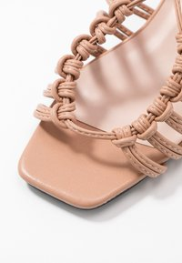 Lost Ink - ANKLE WRAP STRAPPY LOW BLOCK - Sandály - taupe - 2