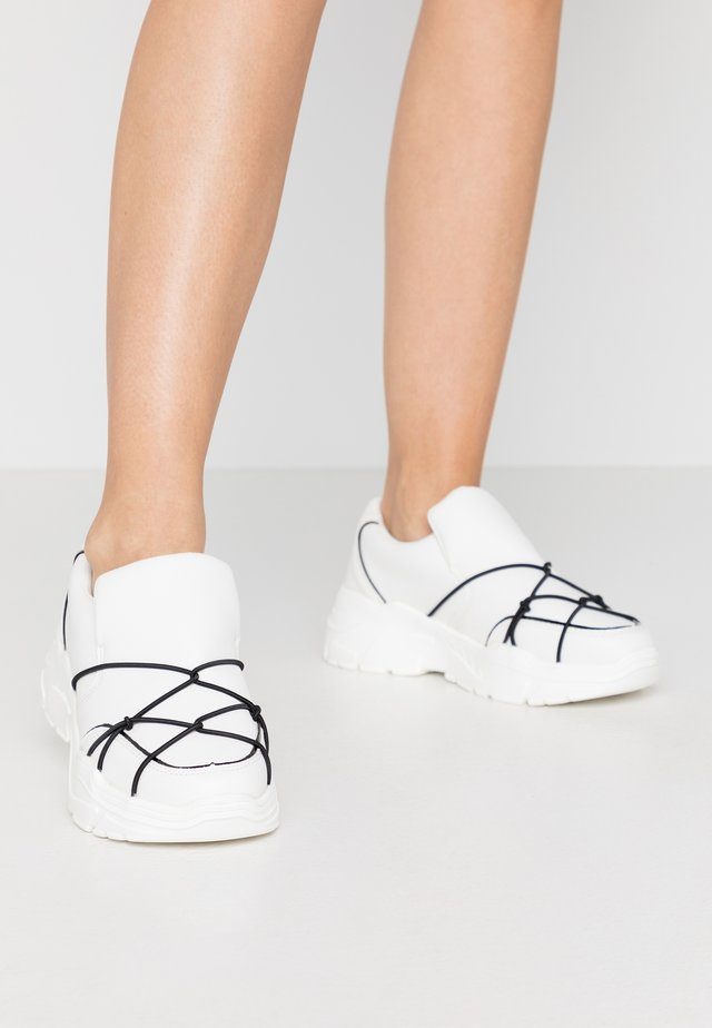 STRAP DETAIL TRAINER - Mocassins - white