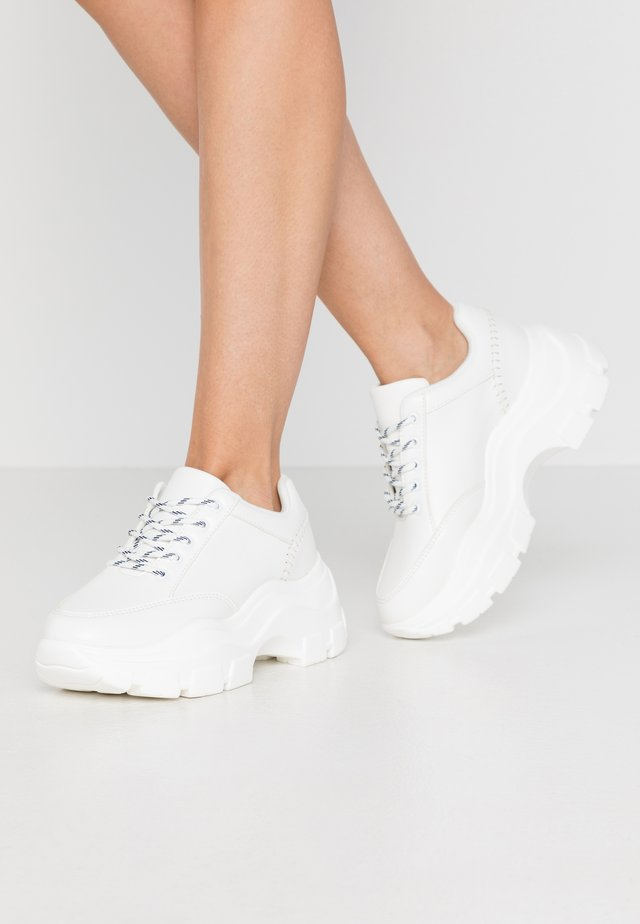 CHUNKY SEAM DETAIL TRAINER - Matalavartiset tennarit - white