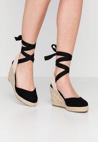 Lost Ink - ANKLE WRAP WEDGE  - Sandály na vysokém podpatku - black - 0