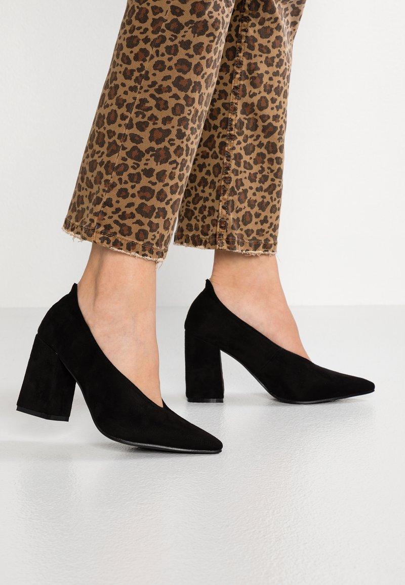 Lost Ink - CINDY HIGH VAMP BLOCK HEEL SHOE - Classic heels - black